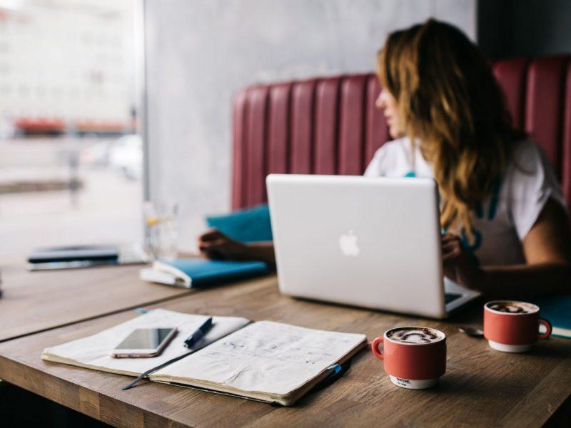 Blogger sitzt am Tisch Blogger finden Kooperation Unternehmen